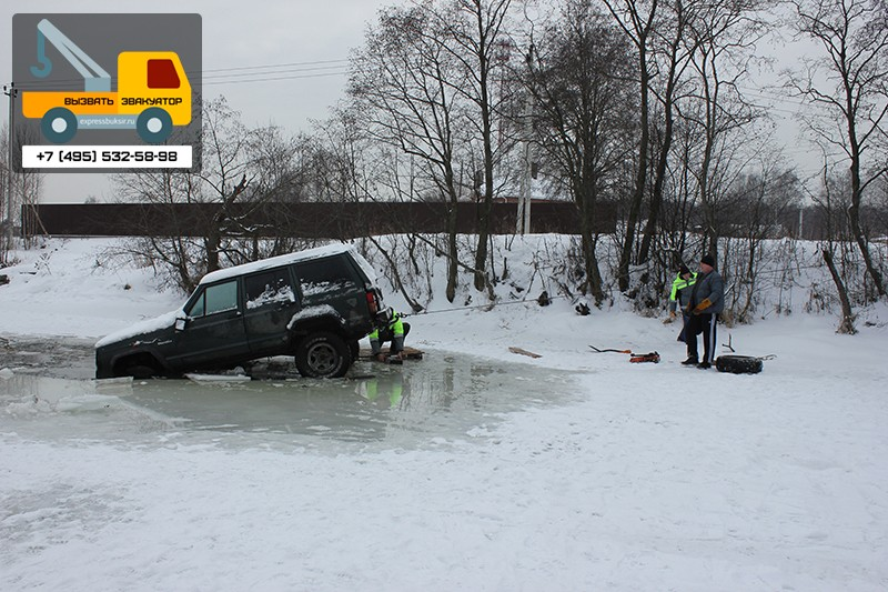 Машина частично ушла под воду