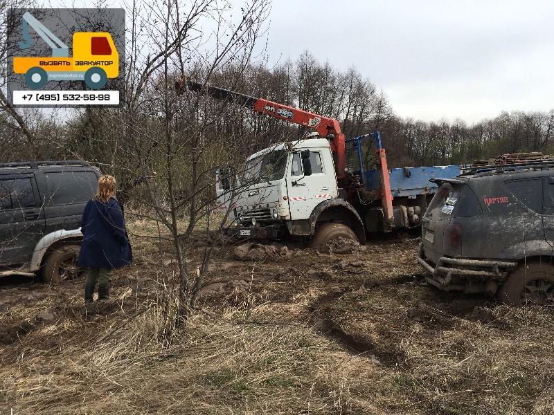 Вызвали кран, чтобы достать машину из грязи