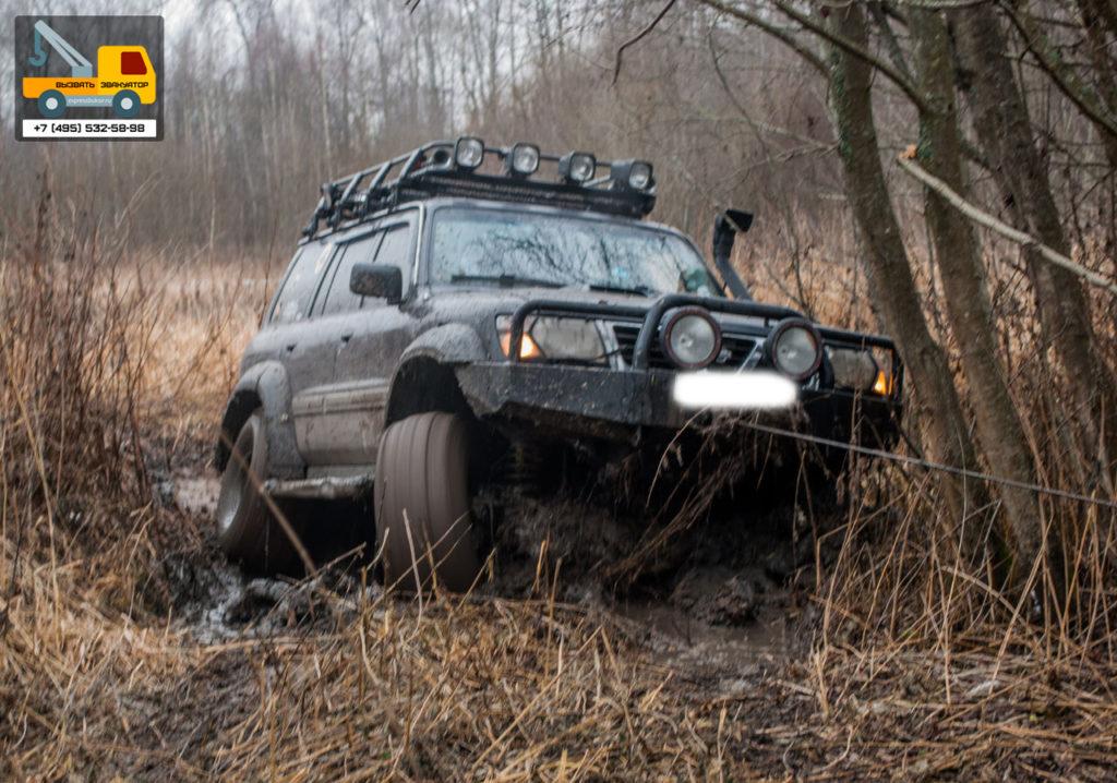 Джипп застрял в грязи - нужен эвакуатор
